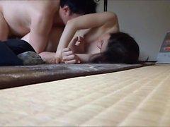 Köle eşi kocasının etrafında ellerini ve dudaklarını sarar