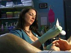 Enfermeira Estica uretra do Slave com Rosebud Sons e luvas de látex verdes