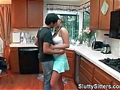 Babysitter busty folla a en la cocina