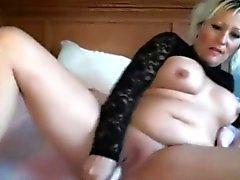 Sensual милая ИФОМ Lillianna с огромным болванов занимается мастурбацией