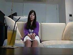 Bel ragazza asiatica si spoglia i vestiti e si mostra il suo bidirezionale