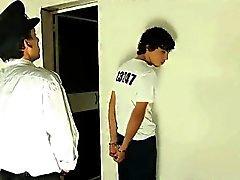 Twink Bolzen Nuckeln an einem reifen Polizeibeamten der Hahn