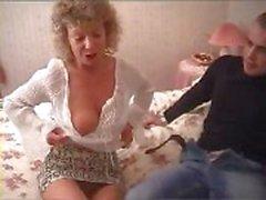 Granny britannique va de totalement dérangé à et de essaye de baiser avec l'amie de sa petit-fils