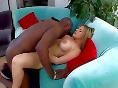 Фотографий грудастая блондинки Daphne Росен поедает большая черная петуха и получает анального