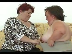 Amor muy pequeño para estos dos lesbianas comer gatito