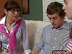 Strengen Stiefmutter Alexandera fängt Teens