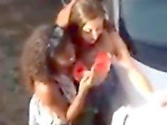 Tiros aéreos spycam mostram happy partygoers rua fazendo o