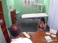 Chicas Doctor portazos los pacientes en un hospital falso