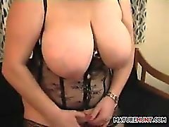 vollbusige-reife-Frau-Shows-off-her-Muschi