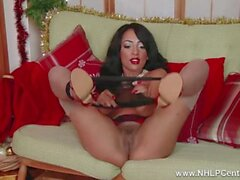 Ebony Babe Kayla Louise fickt ihre Weihnachts Vibrator auf der Couch in ff Nylons