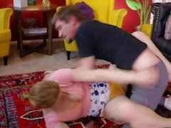 'Sexy Gamer Girl Ella Nova Nackt Wrestling Sitting On Sams Gesicht beim Rucken Him Off'