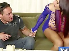Huge nibards masseuse Lylith de Lavey blowjobs bite à l'orgasme