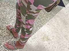 Big Ass Latina MILF seisoo linjassa camo leggingsit