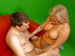 Hausfrau Ficken - Tattooed German housewife gets cum on tits in hot sex