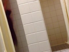 [Lockerroomshowers] Uncut Papa Getting Erection Bien Regarder moi Douche