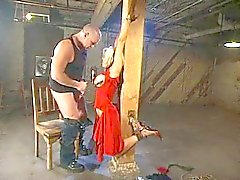 blonde in ruwe bondage