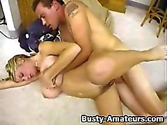 Busty babe Mary cheval sur cock