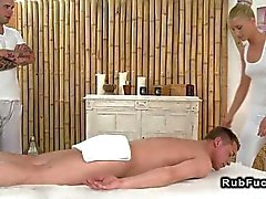 Professioneller Masseurin blonde in Dreier