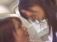 Zwei japanische Mädchen, die sich küssen