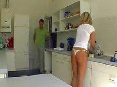 Franse meid neuken in de keuken