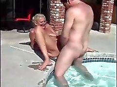 Nackte frauen am pool