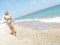 Carol Goldnerova beach striptease
