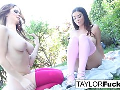 Emily Addison e Taylor Vixen Foot Fetish