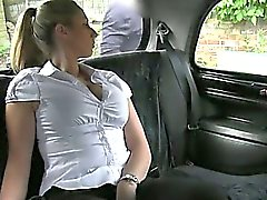 Rabatt Duty Police Woman fickt in Taxi